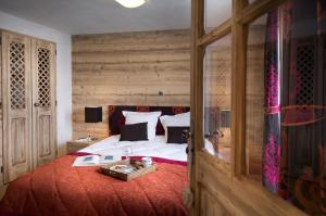 A bed or beds in a room at CGH Résidences & Spas Les Chalets De Laÿssia