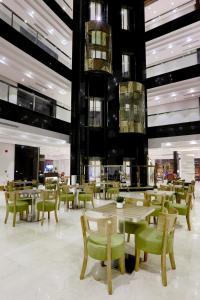 Um restaurante ou outro lugar para comer em Duset Hotel Suites