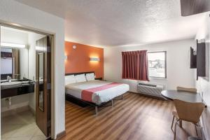A bed or beds in a room at Motel 6-Dallas, TX - South