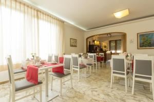 A restaurant or other place to eat at Hotel Roma
