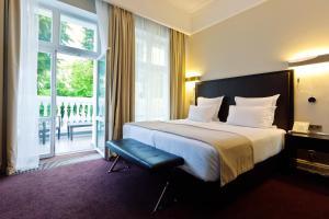 Кровать или кровати в номере Шлосс Отель Янтарный