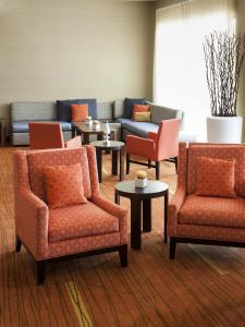 A seating area at Courtyard by Marriott Houston NASA Clear Lake