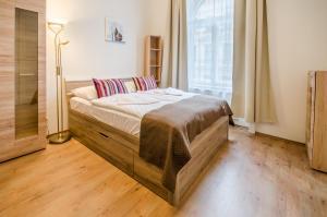 Кровать или кровати в номере Historic Centre Apartments V
