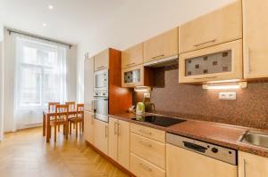 Кухня или мини-кухня в Historic Centre Apartments V