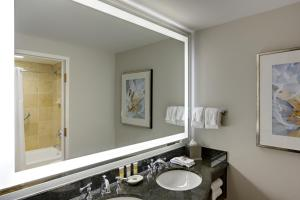 A bathroom at Gaylord Palms Resort & Convention Center