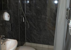 Et badeværelse på Turistgården - House Of Ven