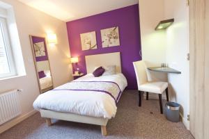 A bed or beds in a room at Le Relais D'arc Et Senans