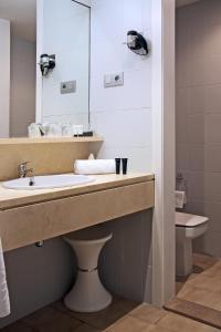 A bathroom at Hotel Zaragoza Royal