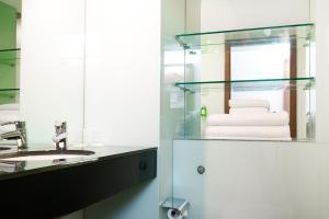 A bathroom at Ramada Encore Leicester City Centre