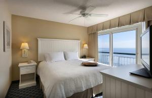 A bed or beds in a room at Hampton Inn & Suites Myrtle Beach Oceanfront