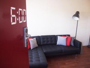 A seating area at Siesta Central Apartments