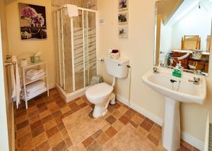A bathroom at Ballykisteen Lodge