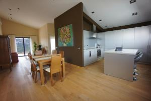 A kitchen or kitchenette at Hotel-Celler Buil & Gine