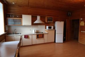 Кухня или мини-кухня в Уютные загородные коттеджи с сауной