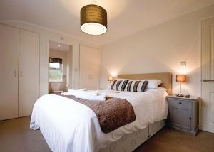 A bed or beds in a room at Caddy s Corner Lodges