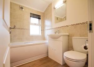 A bathroom at Caddy s Corner Lodges