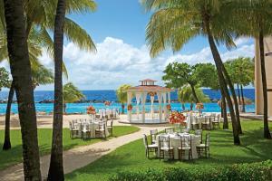 Uitzicht op het zwembad bij Sunscape Curacao Resort Spa & Casino of in de buurt