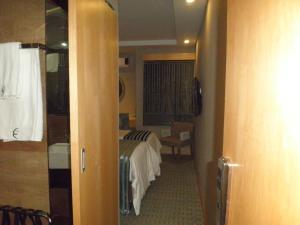 A bathroom at Aquarian Tide Hotel 蓝汐酒店