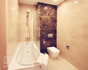 Vonios kambarys apgyvendinimo įstaigoje Familion ApartHotel