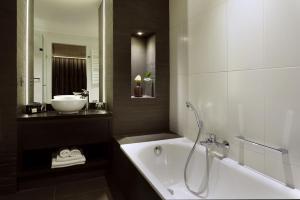 A bathroom at Hotel Gladbeck van der Valk