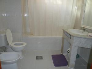 A bathroom at Al Buhaira Hotel Apartment