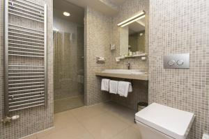 A bathroom at Art Hotel Kalelarga