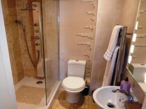 A bathroom at Durham Moonlight Apartment