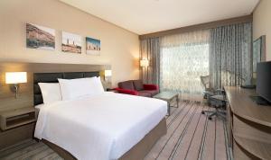 سرير أو أسرّة في غرفة في هيلتون جاردن إن