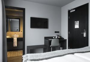 A television and/or entertainment center at Skuggi Hotel by Keahotels