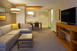 A seating area at Hyatt Place Chicago Midway Airport