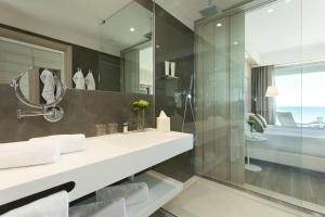 A bathroom at Almar Jesolo Resort & Spa