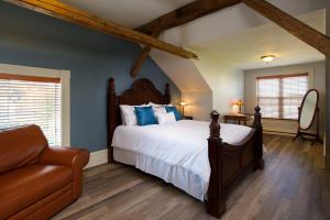 A bed or beds in a room at Auberge Gabriele Inn
