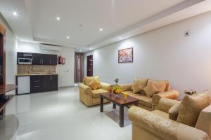 Uma área de estar em Burj Alhayah Hotel Suites Alfalah