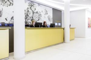 The lobby or reception area at Novotel Nuernberg Centre Ville