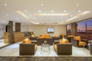 Um restaurante ou outro lugar para comer em Burj Alhayah Hotel Suites Alfalah