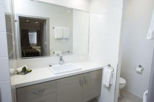 A bathroom at Altitude Motel Apartments