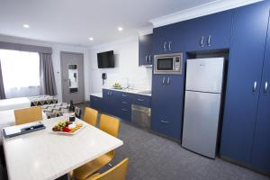 A kitchen or kitchenette at Altitude Motel Apartments