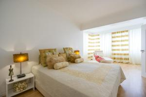 A bed or beds in a room at Cascais House