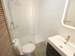 A bathroom at Vista Marina
