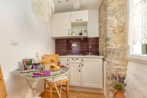 A kitchen or kitchenette at Studios Aurelia Palace