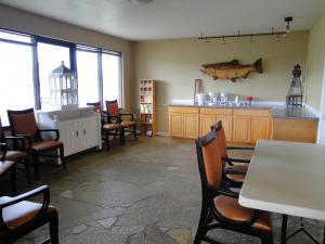 A restaurant or other place to eat at Ocean Shores Inn & Suites