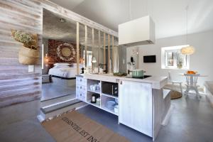 A kitchen or kitchenette at Luz Charming Houses