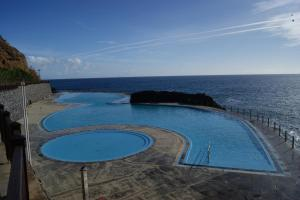 A view of the pool at Hotel Costa Linda or nearby