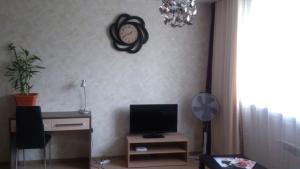 Телевизор и/или развлекательный центр в Апартаменты на Марата