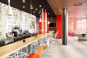 The lounge or bar area at Ibis München City Arnulfpark