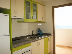 Een keuken of kitchenette bij Apartamentos Esmeralda Suites