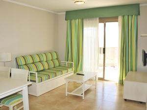 Een zitgedeelte bij Apartamentos Esmeralda Suites