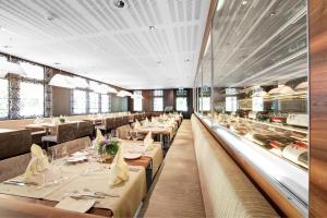 Ein Restaurant oder anderes Speiselokal in der Unterkunft Hotel Krone Sarnen