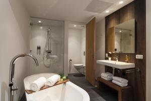 Een badkamer bij Van Heeckeren Hotel