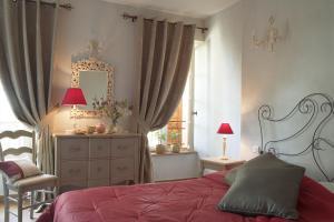 Un ou plusieurs lits dans un hébergement de l'établissement Hostellerie du Cigalou - Les Collectionneurs